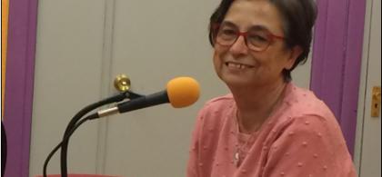 Pilar, sonriente, ante un micrófono de radio