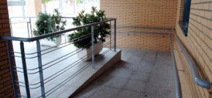 Foto de una rampa de acceso a un edificio