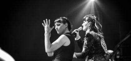 Foto de Bea y Rozalén en un concierto Wizink Center, en Madrid, hecha por Mario Pajuela