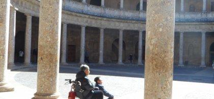 Turistas en silla de ruedas contemplan la Alhambra