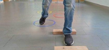 Foto de una persona realizando ejercicios de rehabilitación de coordinación